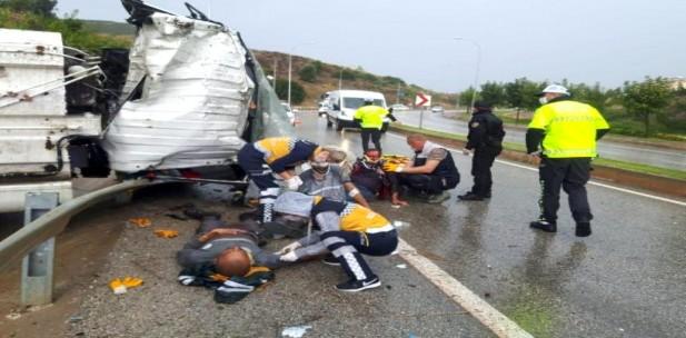 Bilecik'te belediye çöp kamyonu devrildi: 3 yaralı